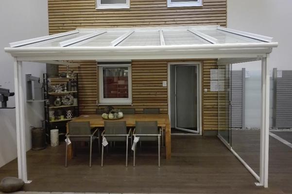 Terrassendach T100 inkl. Ganzglasschiebetür und Markisen